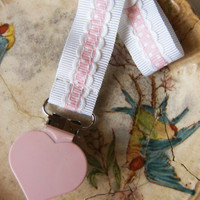 Pacifier clip/ holder - Pink heart and pink ribbon - Baby acessories - Binky Clips – Baby Girl - Universal - Paci Clip - Baby Shower Gift
