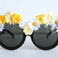 $25.00 Daisy Flower Rimmed Circle Black Boho Sunglasses by thedaisies