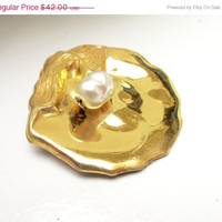 Miriam Haskell Brooch with a pearl in a swirl gold Shell