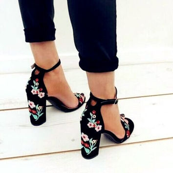 Summer Fashion Women Ring Strap Buckle Floral Embroidery Chunky Heels Sandals