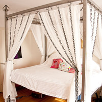 Kinky Chain Canopy Bed made of steel