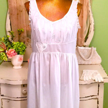 50s White Nightdress - Retro Nylon Lingerie - Heart Rose Bud - Ruched Bust - Pretty Scoop Neck - Vintage Lace Sleepwear - Women Medium Large