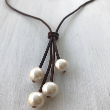 Pearl leather necklace - freshwater pearl necklace - leather and pearl necklace - lightweight jewelry - gift for women - timeless jewelry -
