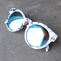 quay australia - high emotions sunglasses - white marble/blue