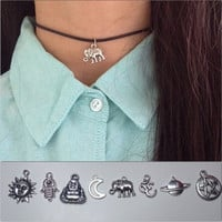 90s pendant choker necklace with clasp fastening
