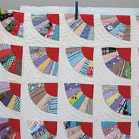 Very Pretty Red & White Vintage FAN QUILT Hand-Pieced Hand-Quilted in FAN Pattern 6-7 spi