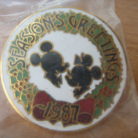 1987 Disney Micky and Minnie Mouse Seasons Greetings Lapel Pin