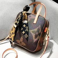 Louis vuitton sells a casual printed shopping bag for women with a shoulder bag