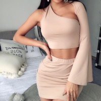 Hot style sells a sexy two-piece one-shoulder trumpet sleeve with a bare back
