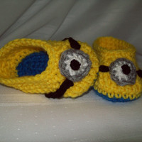Crochet Minion Baby Booties, Boy or Girl Baby shoes, 6 Months, Photo Prop, Baby Gift