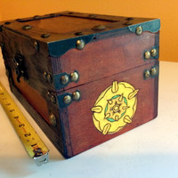 Game of Thrones - House Tyrell large wood Chest  / box / jewelry- Wood burned hand painted Flower sigil A Song of Ice and Fire