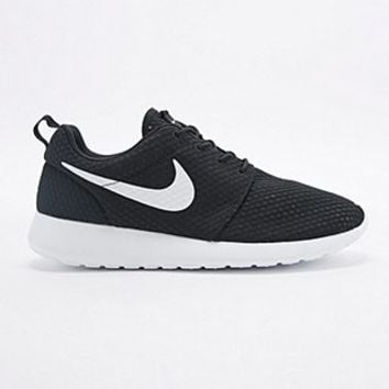 Nike Roshe Run Trainers in Black and White - Urban Outfitters