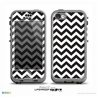 The Black and White Zigzag Chevron Pattern Skin for the iPhone 5c nüüd LifeProof Case
