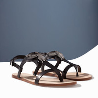 FLAT LEATHER SANDAL WITH DECORATIVE DETAIL