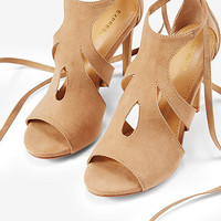 teardrop cut-out lace-up pump
