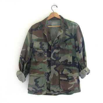 Vintage men's military green camoflauge army long sleeve shirt jacket camo coat with patches // size small