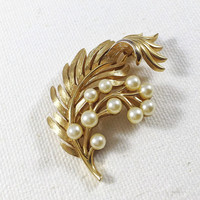 Gold and pearl brooch, Crown Trifari leaf brooch, 1950s vintage pin, gold leaf brooch, pearl leaf pin, gold scarf pin, pearl coat pin