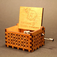 Engraved  wooden music box (The Lion Sleeps Tonight - The Lion King)