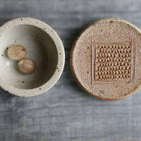 Ceramic nutmeg grater lidded jar vessel for nutmeg lid with grating surface for nutmeg garlic ginger multifunctional container with lid