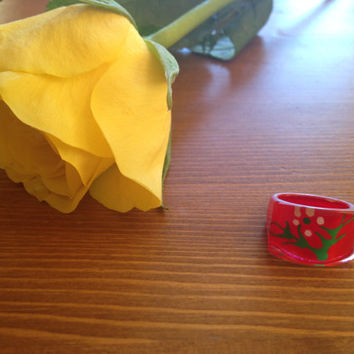 Cute tiny lucite reverse painted ring. Ring size 4/4.5