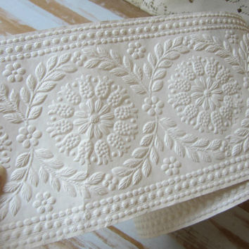 Over 5 yds Wallpaper Border Embossed Cream Color Neutral Non Stick Vintage