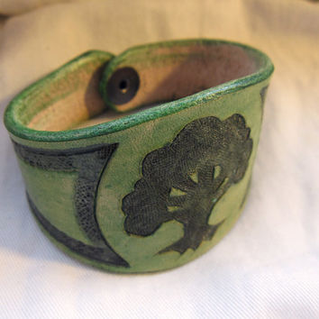 Leather bracelet with Green symbol from Magic the Gathering