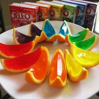 Food for Kiddies / Orange JELLO slices: just cut your oranges in half, scoop out the fruit, mix up the jello, and pour it into the hollowed halves to set. Once set, slice them up.