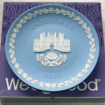 "vintage Wedgwood Blue Jasper Ware 1976 Christmas 8 1/8"" diameter Plate with white bas relief of Hampton Court in Original Box (ref: 3196)"