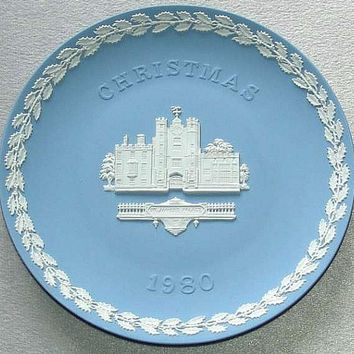 "vintage Wedgwood Pale Blue Jasper Ware 1980 Christmas 8 1/8"" diameter Plate with white bas relief of St. Jame's Palace (ref: 3196)"